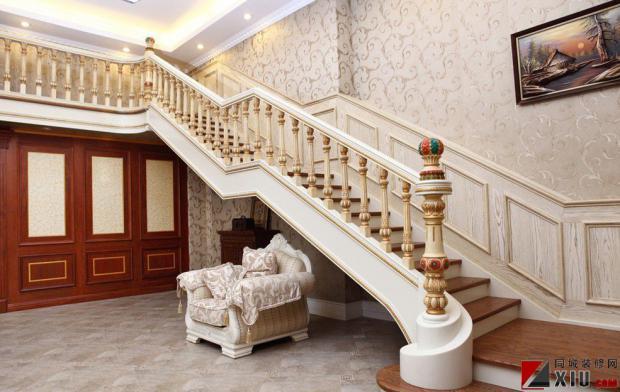 楼梯的噪音与踏步板的材质以及整体设计有关系,也与各个部件间的连接