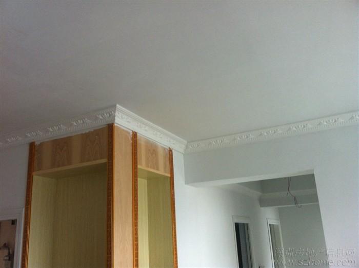 客厅没有吊顶,只走了一圈石膏线