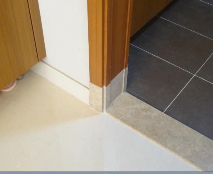 实木地板,但是门槛收边条是pvc的