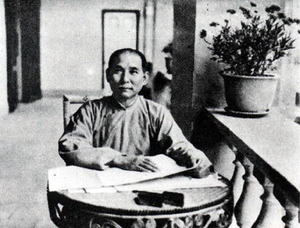 1915年 49岁 与卢慕贞(48岁)正式离婚 与宋庆龄(22岁)结婚