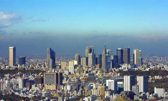 娱乐   以歌舞伎町为中心的一带是日本为数不多的大型娱乐街,这里有电影院、剧场、保龄球馆、俱乐部、卡拉OK、居酒屋等等,各色各样的娱乐场所应有尽有。而且多为24小时营业,所以特别受爱过夜生活的人喜欢。   三、规划特色   中国制造的6厘米厚的花岗石板铺设人行道。   众多主力商家使整个街区形成了多个焦点   长度:900米   主要购物区:日本最大的电器街秋叶原sofmap、新宿西口相机街、西口地下街、小田急地下街等。   主力店:伊势丹百货、丸井百货、Alta大楼、三越百货、MyCit