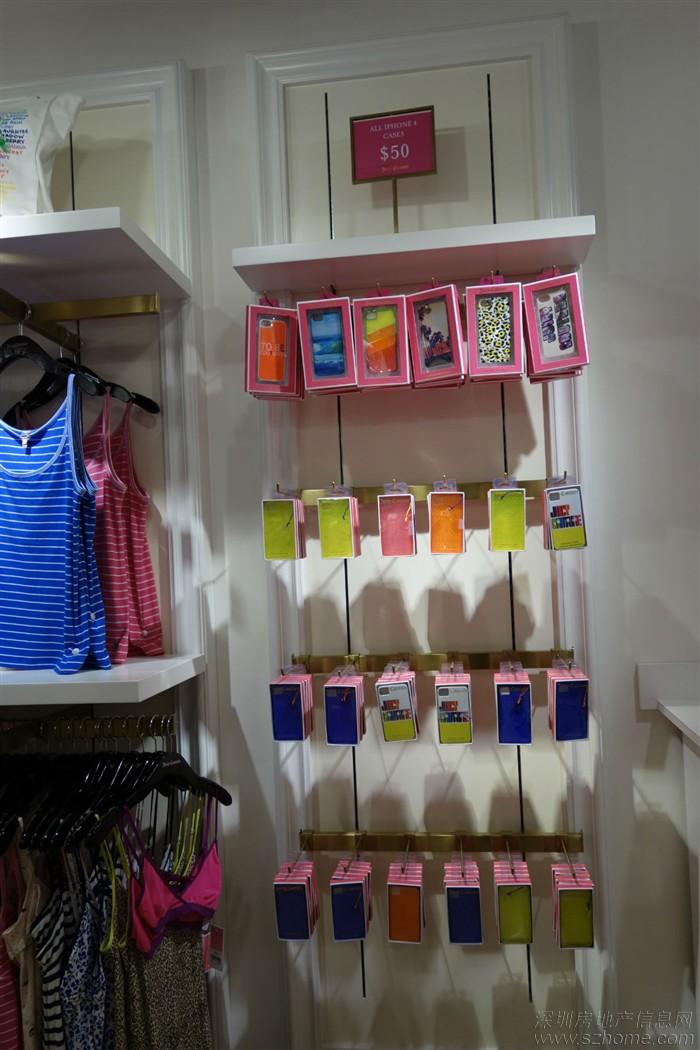 新海怡广场是香港最老牌的OUTLET卖场,以前叫海怡工贸中心,是由工业大厦改的,里面集合了诸多品牌,由于位置相对较偏,在香港岛的最南端,交通也不如东荟城方便,人流量不如东荟城多,网络上的香港购物指南比较少提到这里 也正因为如此,新海怡广场的购物环境相对好一些,有时候慢慢挑,店家的服务相对会好一些 从27楼往下,到18楼大把服装手袋鞋履,17楼以下基本上都是家私什么的,价位也从土豪到小资,都有得逛。 说实话,一层层扫下来,还是挺累人的。 要提醒的是,新海怡广场所在是海边的一个老工业区,旁边的大厦基本都改成了