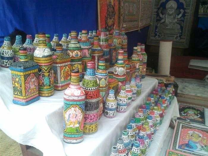 木制瓶子上彩绘,是装饰用的.