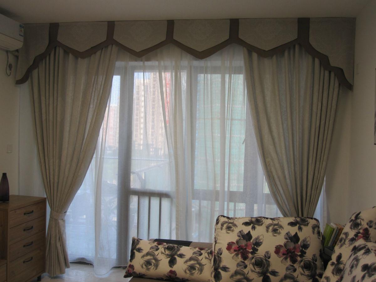 水榭春天客厅户型: 李先生家装修属于简单现代型,布艺沙发是客厅的亮点,配上素雅大气的棉麻窗帘,使得整个空间给人一种安宁,舒适的感觉!不是王婆的我,也得自卖自夸一翻!这样款式的窗帘,不管是搭配简单现代的风格,简欧风格也是值得一搭的! 主人房: 航海图案突显男孩乐于冒险,喜欢自由的本色!这款窗帘,我个人觉得比较适合男孩房!