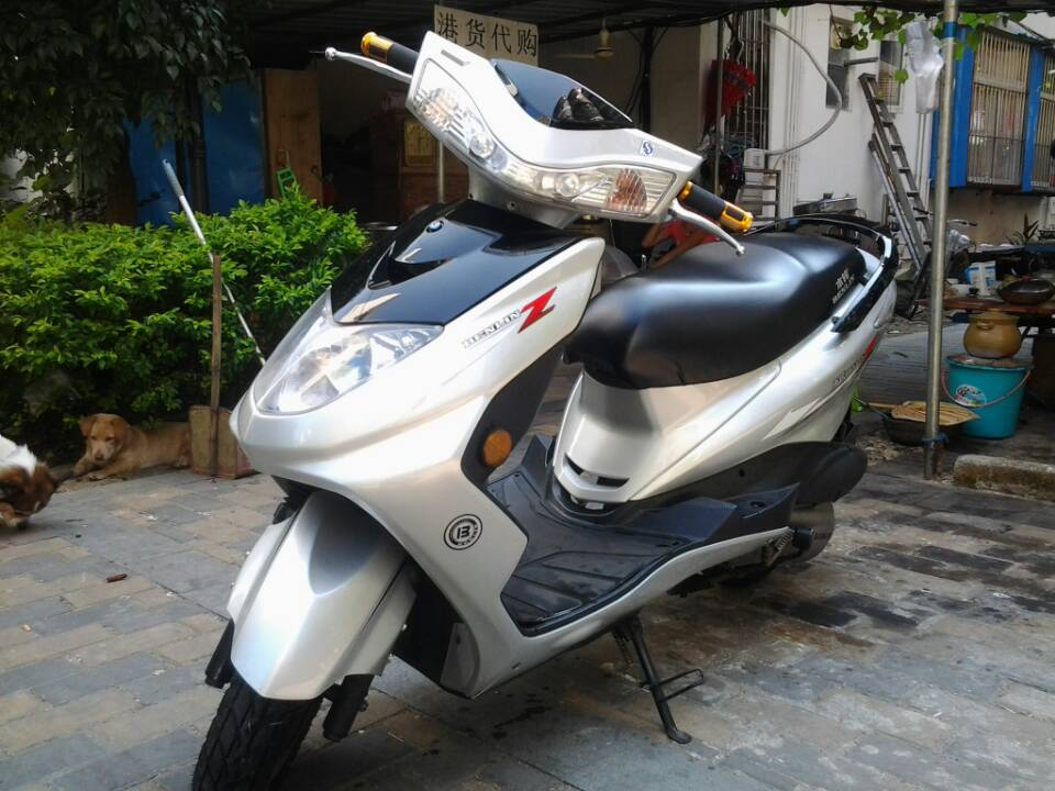 本人诚心出售9成新摩托车 台铃迅鹰摩托 绝版银白色外壳
