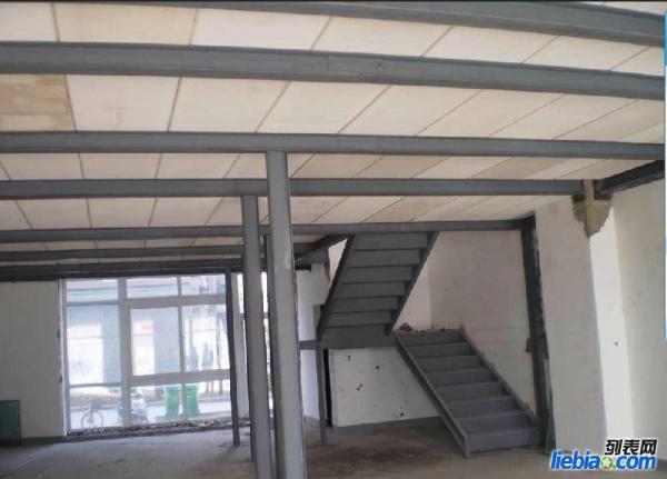 阁楼也就是楼房隔层属于二次结构,它有大概以下几种法: 一:钢结构上铺木板集成材,松木,大芯板,竹胶版。我对几种板材的了解;集成材不宜变形且尺寸标准造价比其他板材略高;松木板遇潮容易发生变形;大芯板不环保;竹胶版也可以但市场上的都不是太厚踩上去有点咚咚的响声;建议使用集成材。 二:混凝土现浇它的施工需要墙体有足够的承重能力因为它的自重非常大一般用于公共场所家庭做的比较少。好多都是二次结构根本不承重,推荐使用钢结构这样在不是承重墙位置用立柱做支撑就比较结实了。 三:现在大多数业主都采用钢混结合(钢结构