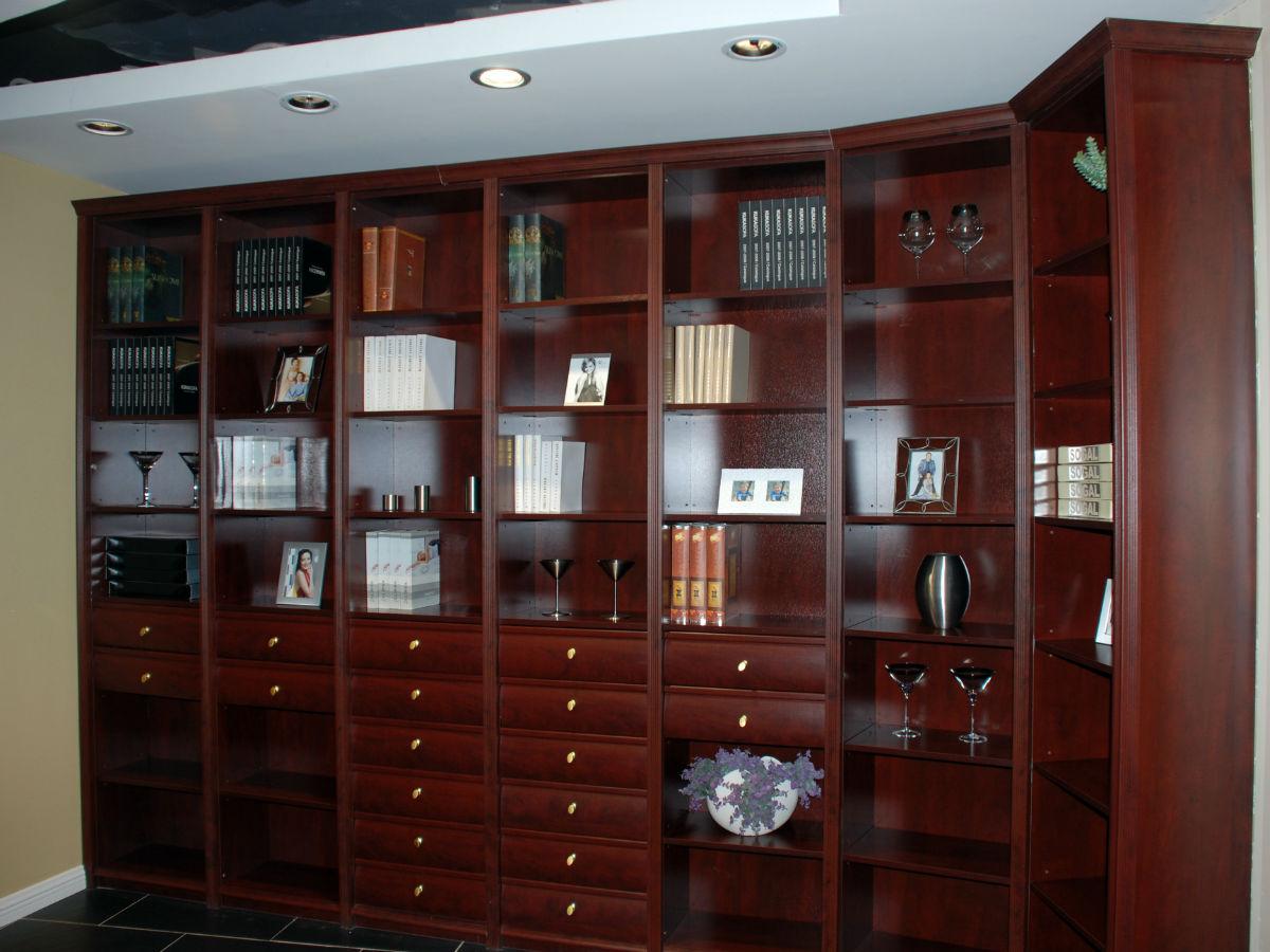 索菲亚红深色调的书柜
