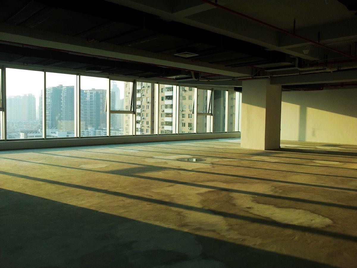 这个房间的面积好像是最大的,300多平,整层有2100平米,窗外的风景