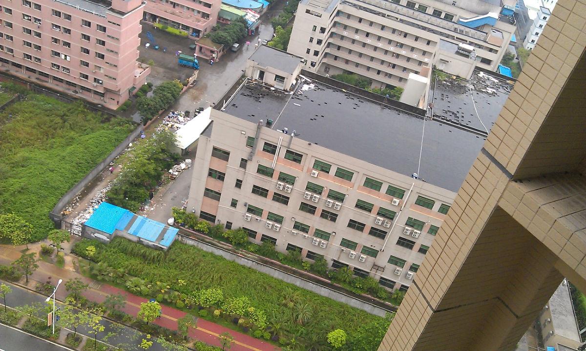 这个工厂的楼顶冷却塔