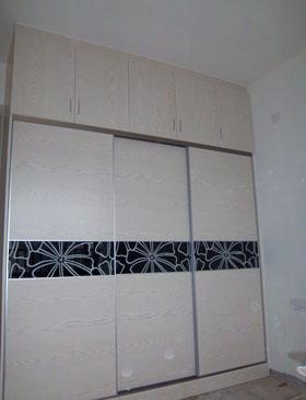 卧室衣柜吊柜红色配白色推拉门效果图