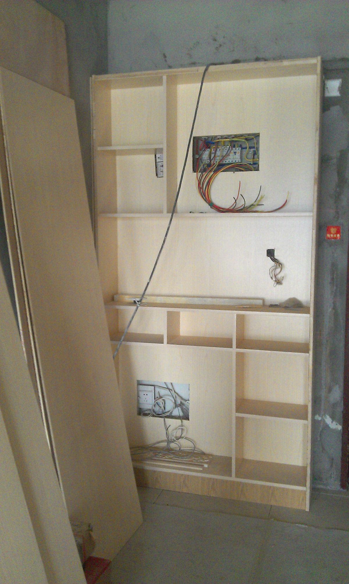 餐边柜做好了,两个电箱都包在柜子里,再做上活动层板,可以放东西,需要