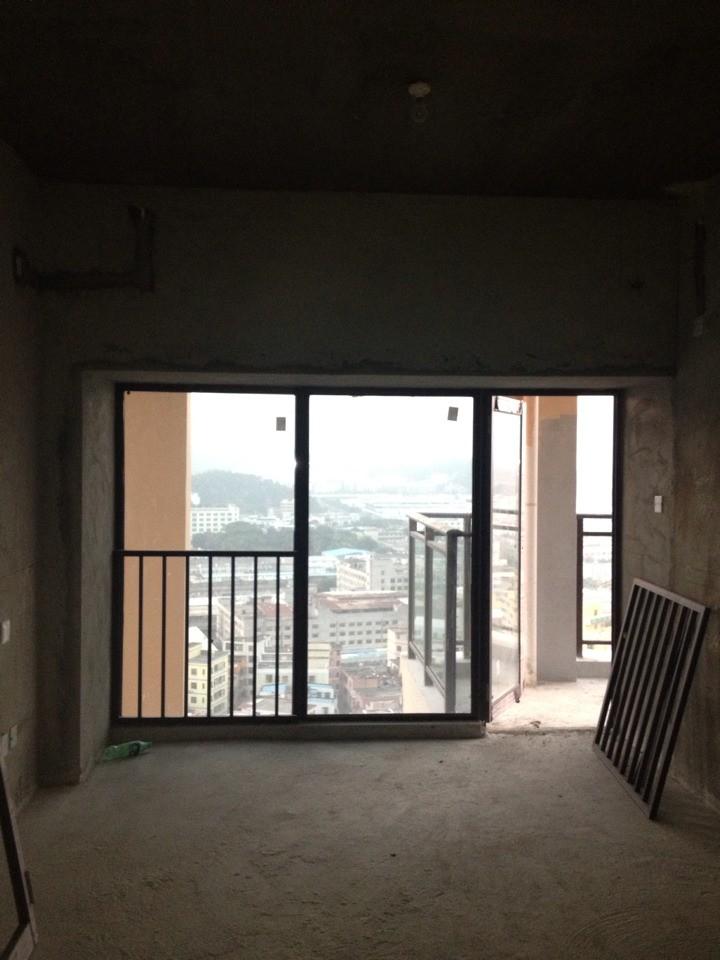 2a65平户型阳台上居然有根柱子跟排水管