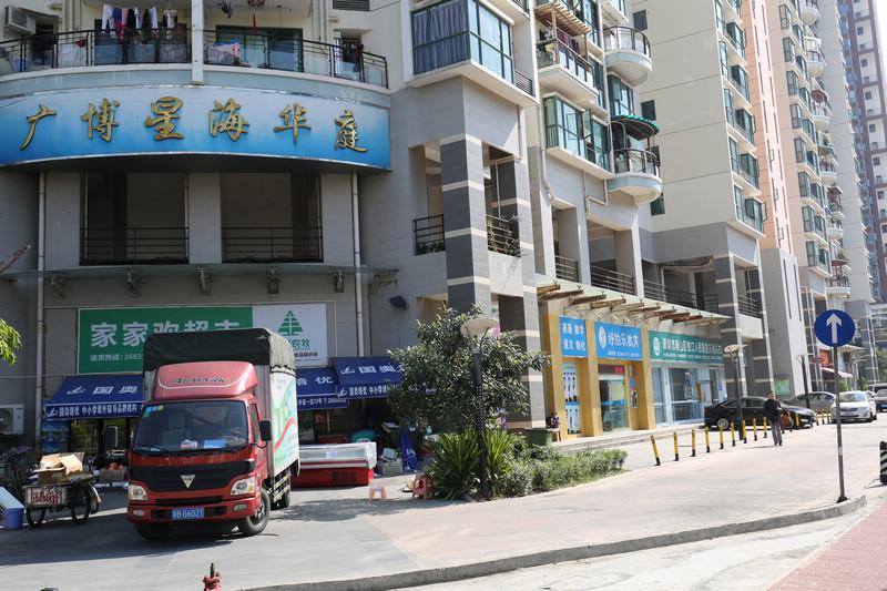 海月路-广博星海华庭,蛇口医院社康中心就在此楼下,绿色的那一门面.