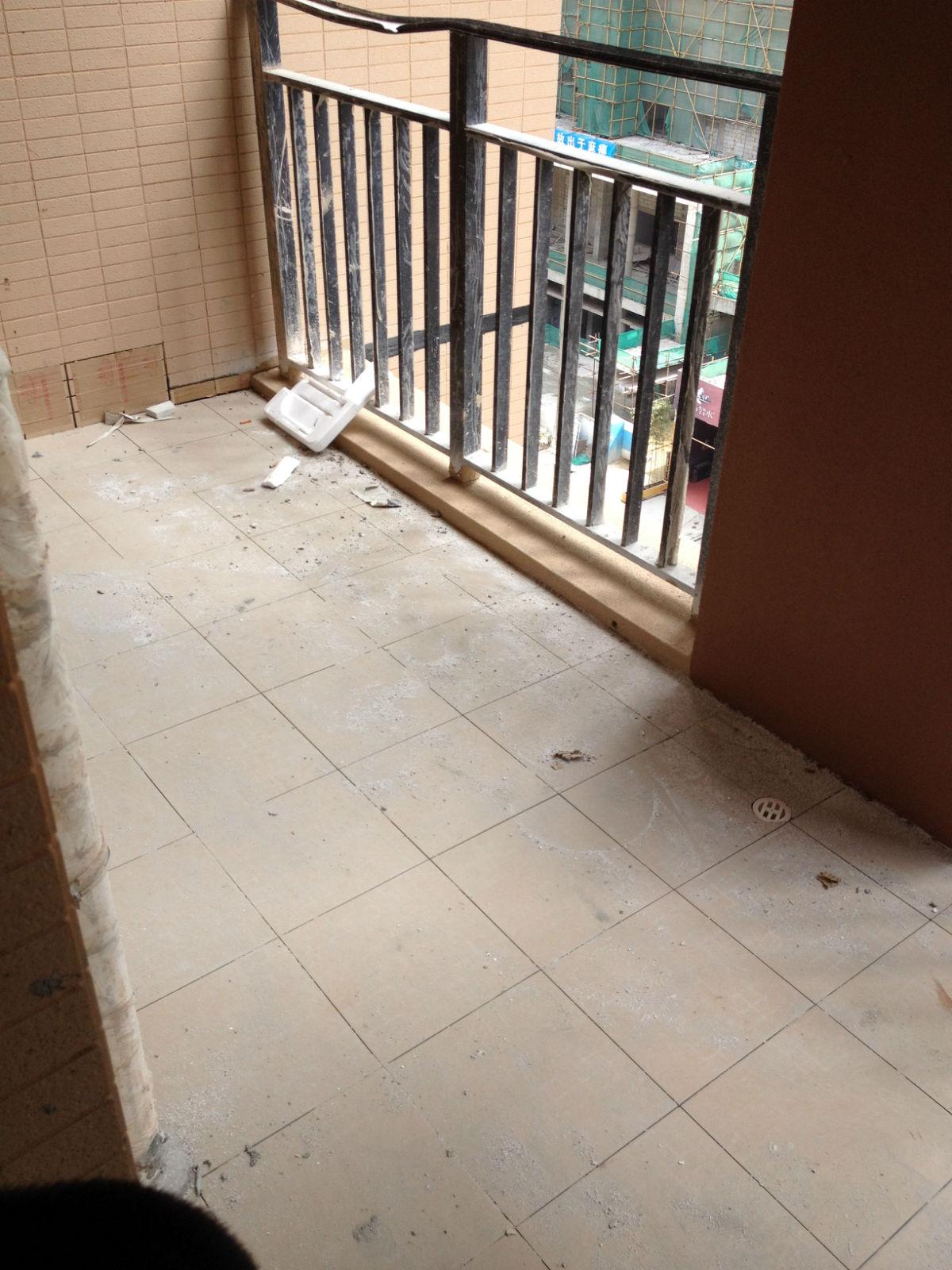 客厅外阳台:看这大柱子!还有阳台栏杆质量好差