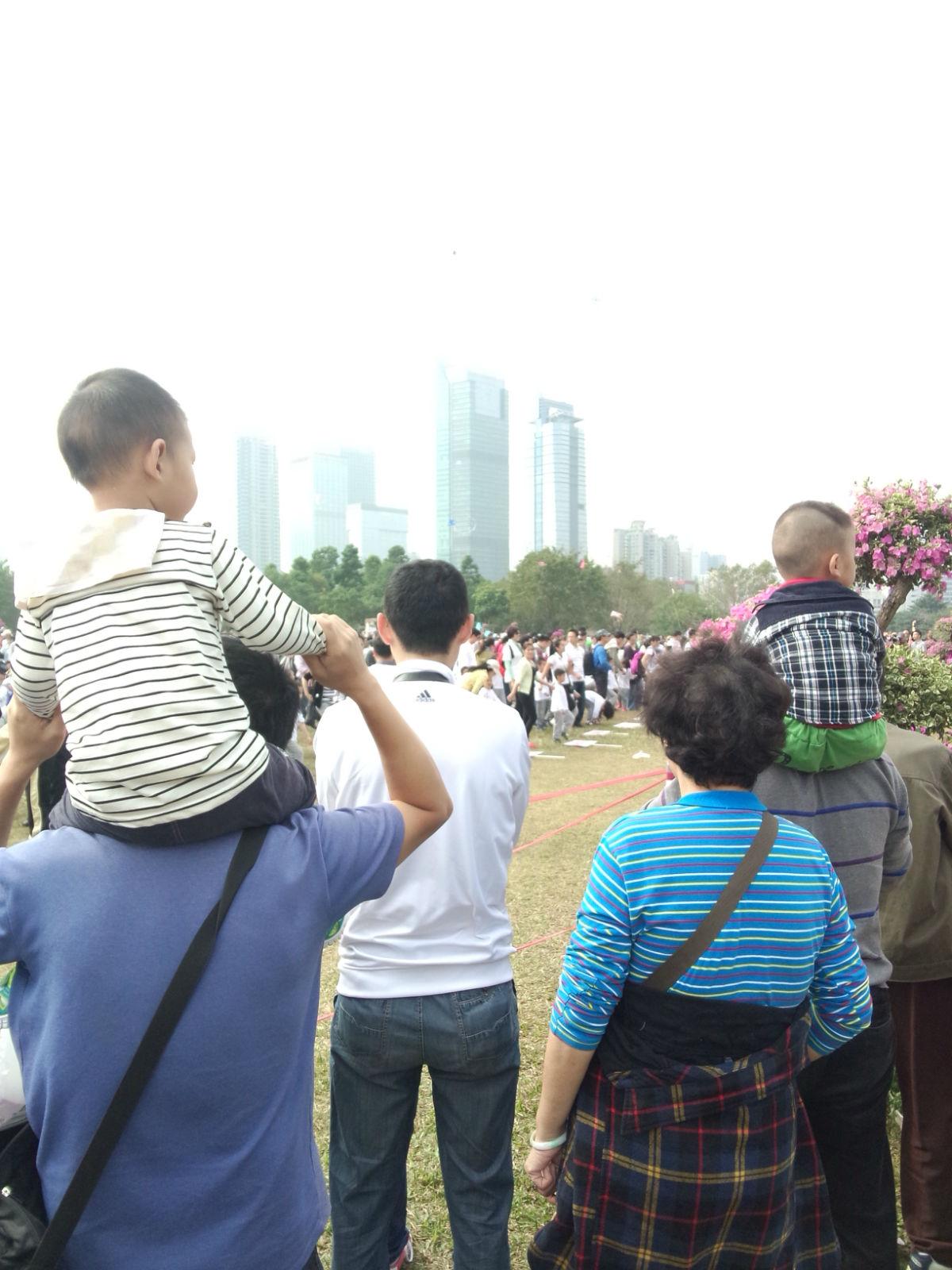 下面看的小娃娃们看到爸爸妈妈在台上,是不是很兴奋呢?