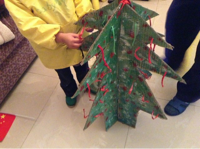 纸盒做的圣诞树_学前教育