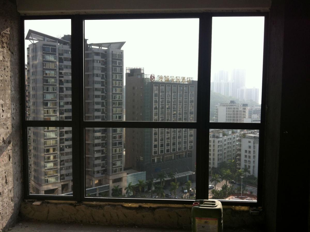 主卧落地窗户安装好,看起来铝合金边框