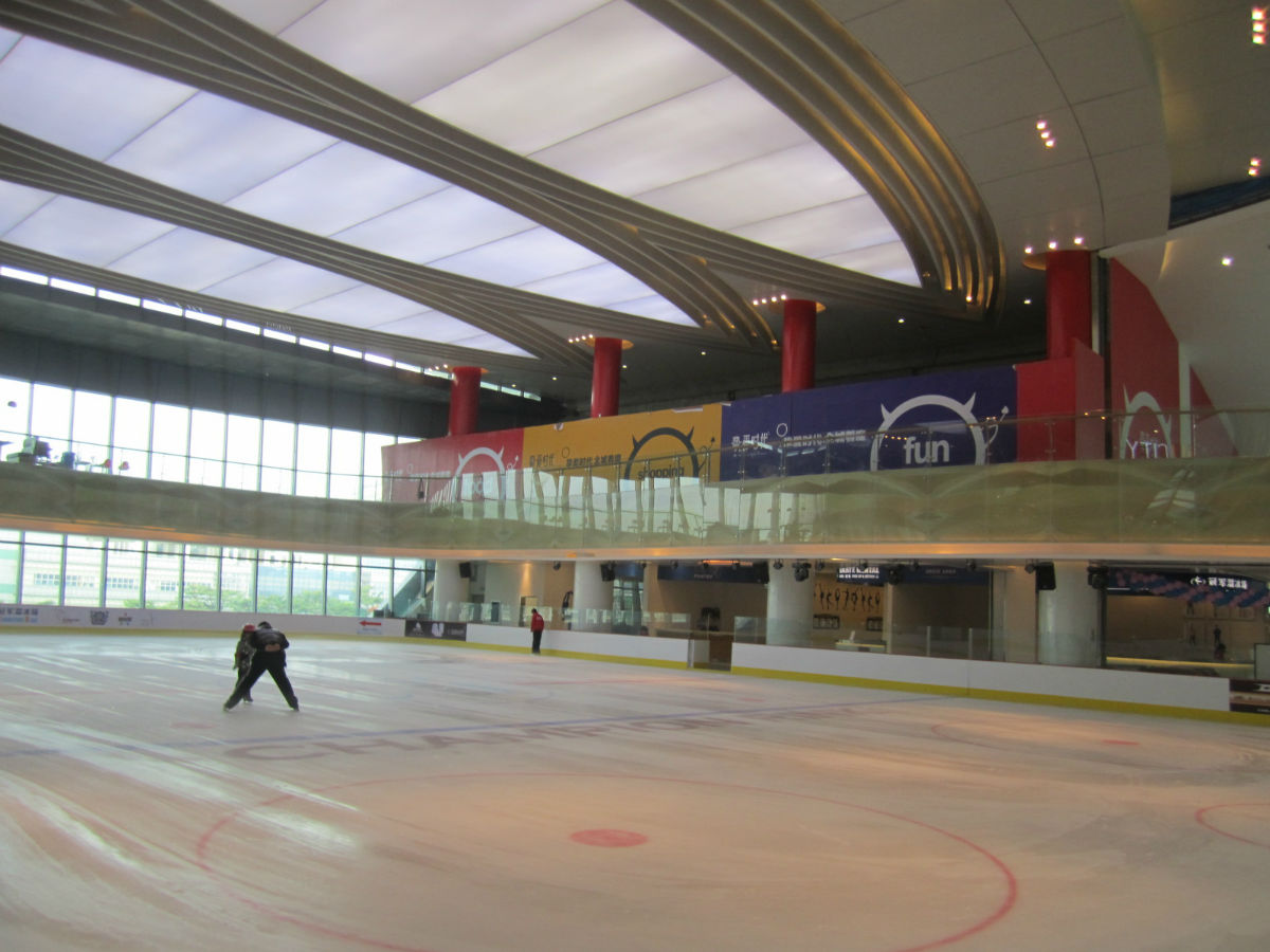 溜冰场,面积并不大,比万象城