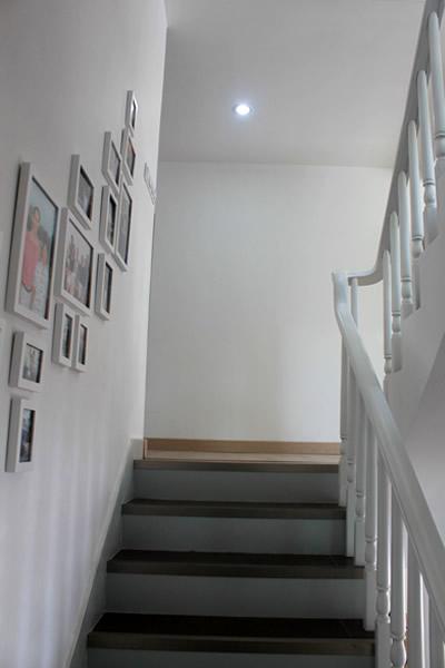 > 300平方别野的农民房装修毕业照,4个月搞定   这是去2楼的楼梯
