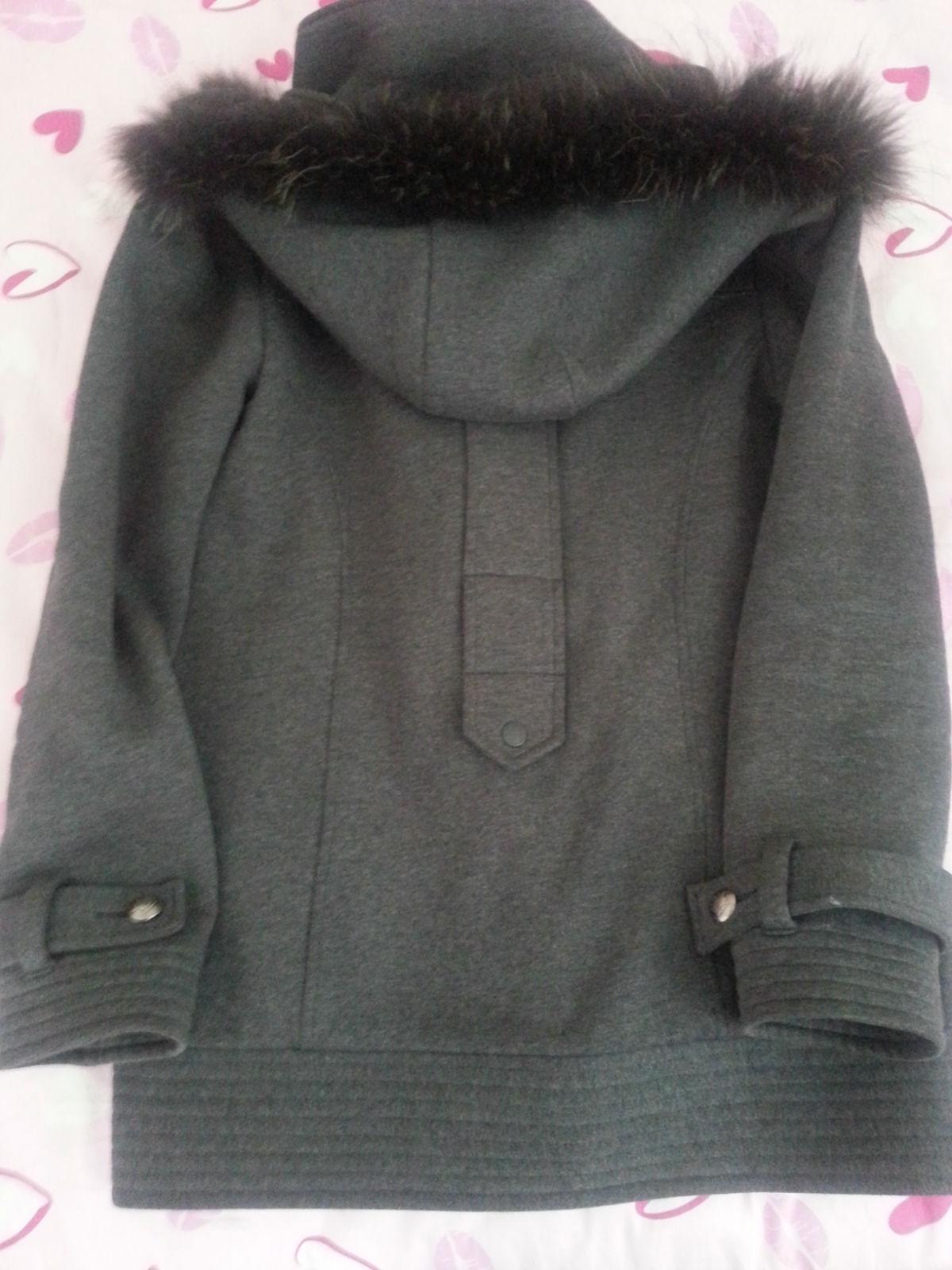浅粉大衣搭配灰色包包