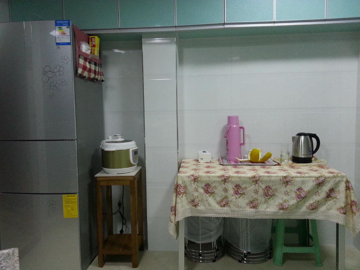 饭桌可折叠的.木工做的吊柜正好可以放冰箱