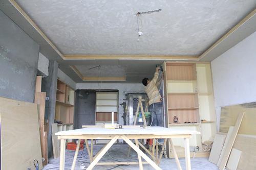 天花吊顶:客厅是灯槽,餐厅没有灯槽,石膏线装饰.玄关两个筒灯.