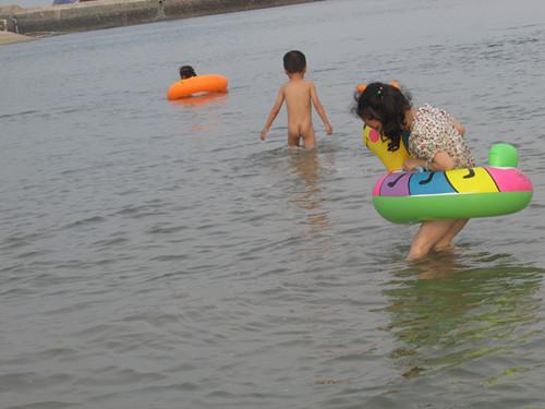 天气炎热,带着孩子们海边玩沙子,水里游泳,挖螺,抓鱼呗!
