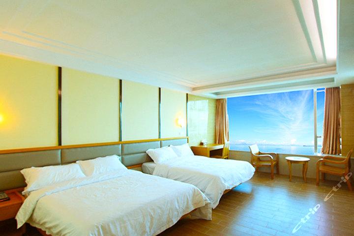 蓝宝石海景酒店位于中国最美八大海岸之一大鹏半岛的最南部--南澳,倚山傍海,风光旖旎,与香港平洲岛隔海相望;蓝宝石海景酒店是一家四星级海景休闲度假酒店,酒店采用低碳、环保、绿色的设计理念,建筑风格完美展现了海洋风情,房间装饰材料全部采用高档原木家具,彰显身份档次的与众不同,共有各式超级豪华海景房、豪华房、别墅房共75间,同时酒店还配备高端商务会议厅2间、豪华KTV包房2间,冷饮吧、果汁店、海景自助餐厅、海边烧烤场、私家海滩等等,是您招待贵宾、亲朋聚会、居家旅行、共度蜜月的首选胜地! 周边旅游景