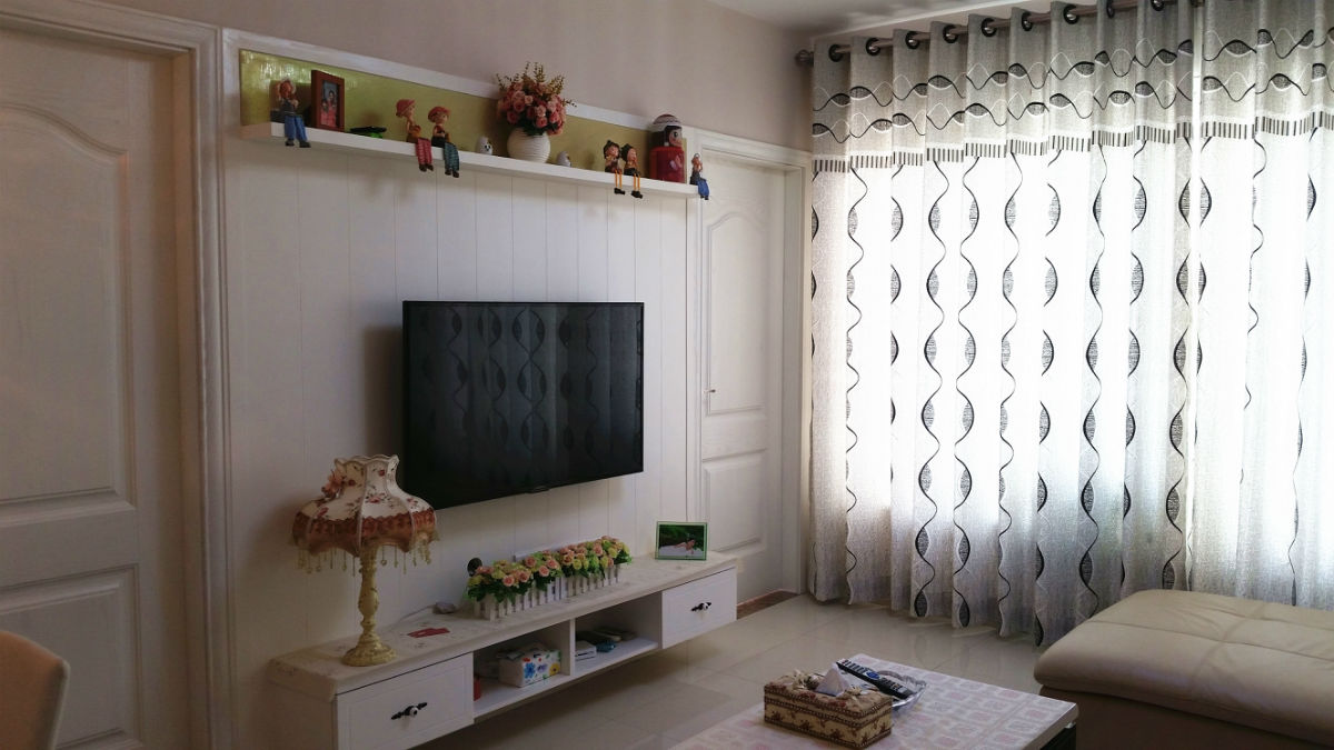 背景墙是用木板上镂线后刷白漆做的
