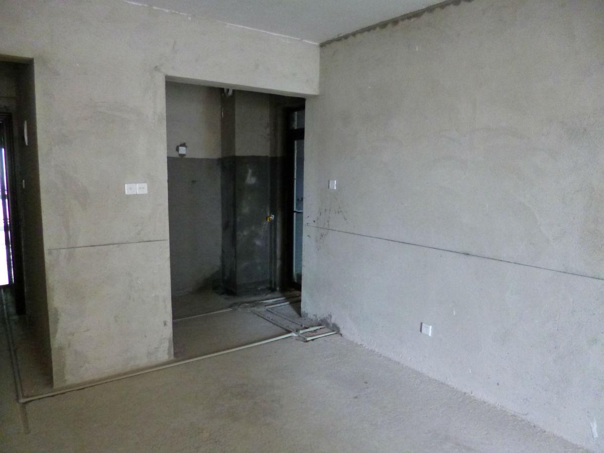 左一)及厨房,阳台照明开关(左二,三),左侧入户门旁边墙壁上是配电开