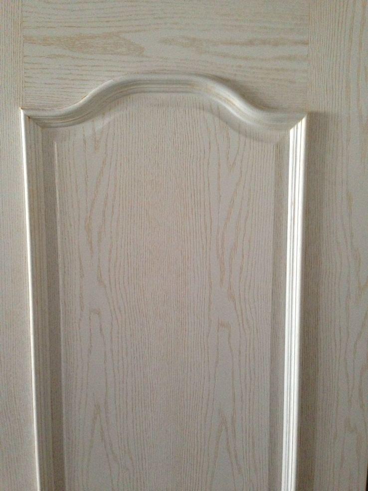 近两年开放漆工艺的木门非常受欢迎,开放式油漆(硝基漆为主)是一种完全显露木材表面管孔的涂饰工艺,其主要成分为聚氨酯,浓度小,表现为木孔明显,纹理清晰,油漆涂布量小,亚光,自然质感强,可以二次修补。底擦色工艺不用现代机械喷涂而是用人工擦拭的方式,对家具进行色浆、油漆处理。该工艺一可以保证色浆牢固地附着在木皮表面,受到气温变化时能够与木质同步热胀冷缩,二可以使木纹颜色亮丽、质感突出、自然,同时色浆、油漆直接渗入木眼,不易褪色、不择色。封闭式油漆(聚酯漆为主)是将木材管孔深深的掩埋在透明涂膜层里为主要特征的一种