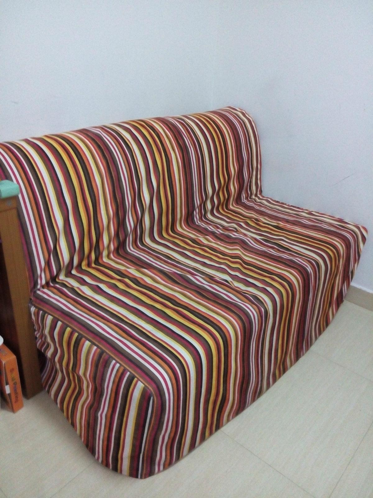 交易类型:转让 物品来源:个人 交易区域:罗湖区 东门南湖 富苑酒店 转让价格:750 新旧程度:八成新 交易方式:换米换物都行 取货方式:买家自提 约地交货 联系电话:15019250451 宜家双人折叠沙发床 (长2米 宽1.4米,宜家原价1799,带1个白色沙发罩)。最外面的是自己做的条纹沙发套(当时做这个套子就花了300大洋。。。)   垫子  床骨架  打开后的样子 借用宜家的图片。