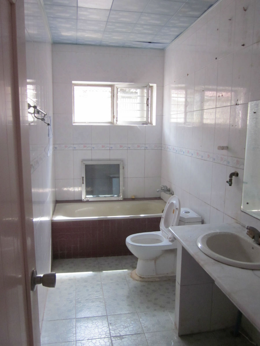 估计是老浴缸或者是抽水马桶的问题