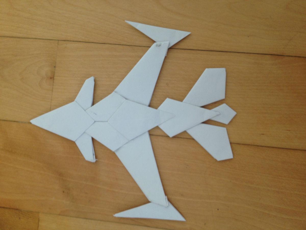 暑假儿子折的飞机大炮