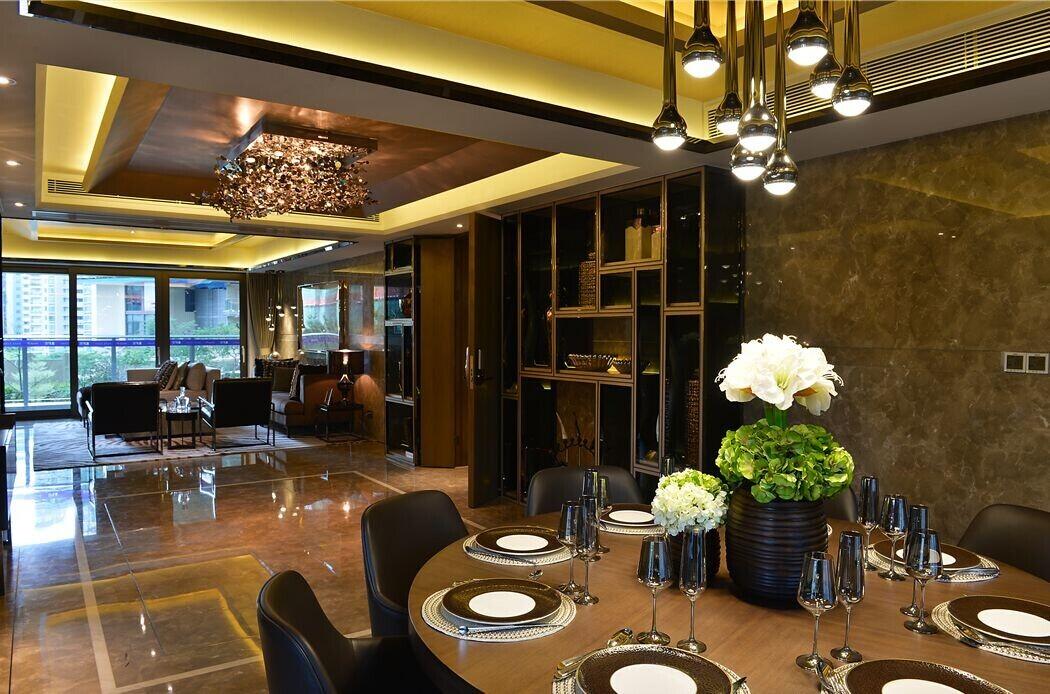 在设计这套样板房的时候,香港顶级设计师陈德坚希望利用空间,来述说出