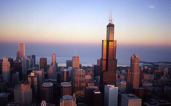 西尔斯大厦 位于美国伊利诺伊州的芝加哥市,是上个世纪世界最高的建筑之一。它是为西尔斯一娄巴克公司建造的,于1973年竣工。   大厦介绍   【建设地点】:美国芝加哥   【现名】:韦莱集团大厦,威利斯大厦   【开工时间】:1972年   【竣工时间】:1974年   【建筑面积】:418,000平方米   【结构形式】:高层建筑抗风结构   【建筑造价】:39亿美元   【投资单位】:西尔斯百货公司   【设计单位】:SOM建筑师事务所   【建设用途】:办公   【英文名称】:Willis T