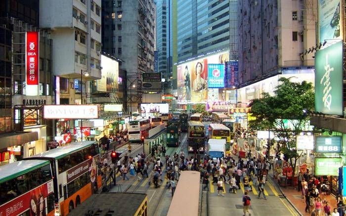 推荐二:铜锣湾   位于香港岛的中心北岸之西,是香港的主要商业及娱乐场所集中地。该地段集中了很多购物中心、日资的百货公司以及酒店等,在街头巷尾还有很多餐厅,所有高档次的时尚潮流物品都可以在这里找到。还是香港不夜市区之一。   入夜后,铜锣湾避风塘显得热闹而繁忙,只见船只灯火通明,穿唐装衫裤的艇妹摇橹,接送游客往来于海鲜艇、酒吧艇及歌艇之间。现在,铜锣湾已成为尖沙咀以外最重要的旅游区。      铜锣湾在中秋节这一天,将彰显它除了血拼地之外的独特魅力。每年中秋节前后,即农历八月十四至十六日,一连三晚