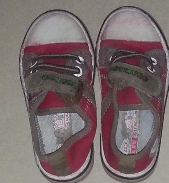 宝宝穿着大鞋子