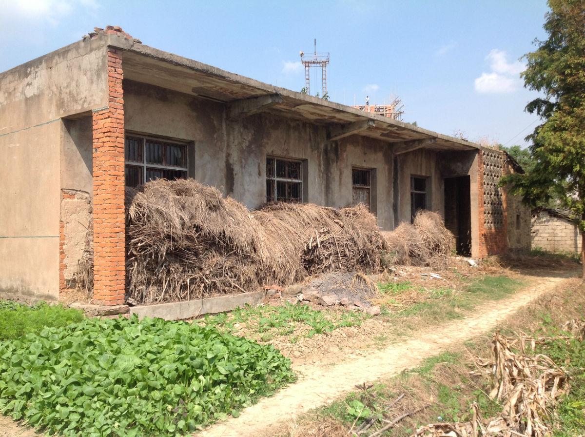 那个时侯对建筑质量基本没有要求,所以才过二十几年,老房子就破烂不堪